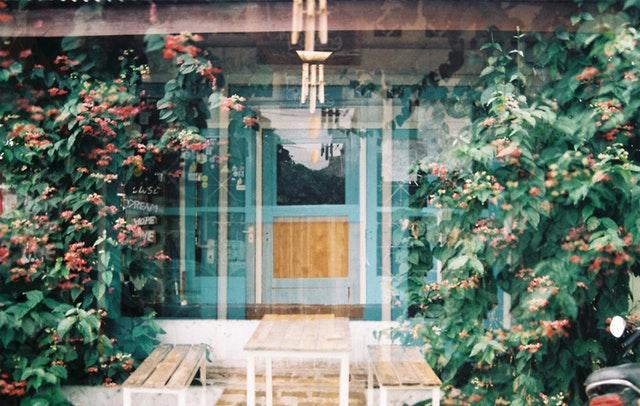 Pohľad na drevené dvere do domu cez sklo