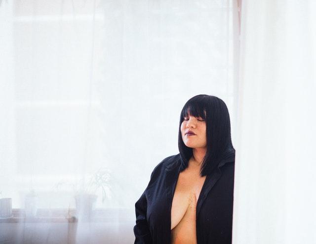 Nahá žena zahalená v čiernom župane