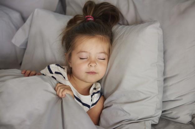 sleeping-girl-bed_329181-13541